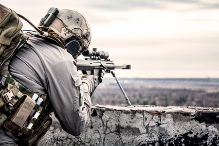 Foto de U.S. Army sniper during the military operation - Imagen libre de derechos