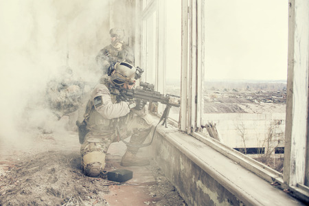 Foto de United States Army rangers during the military operation in the smoke and fire - Imagen libre de derechos