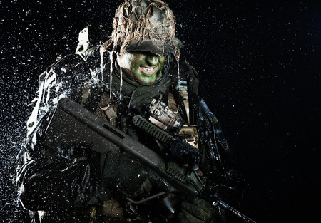 Foto de Jagdkommando soldier Austrian special forces with rifle in the rain - Imagen libre de derechos