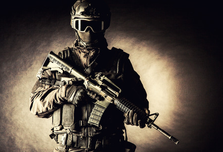 Foto de Spec ops police officer SWAT in black uniform and face mask - Imagen libre de derechos
