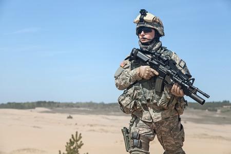 Foto de United States paratrooper airborne infantry in the desert - Imagen libre de derechos