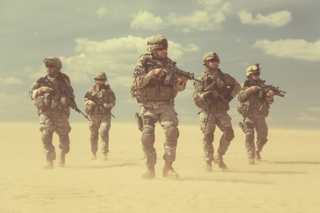Photo pour United States paratroopers airborne infantrymen in action in the desert - image libre de droit