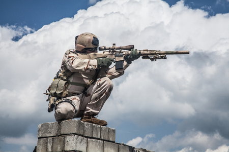 Foto de Member of Navy SEAL Team with weapons in action - Imagen libre de derechos
