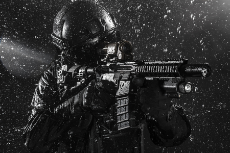 Foto de Spec ops police officer SWAT in the rain - Imagen libre de derechos