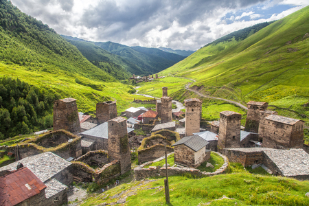Foto de Svaneti mountain towers in Georgia. Landscape of Caucasus - Imagen libre de derechos
