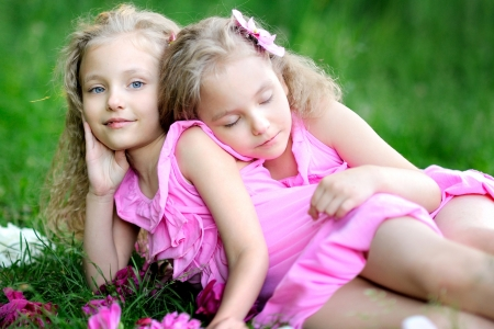 Photo pour portrait of two twins with peonies - image libre de droit