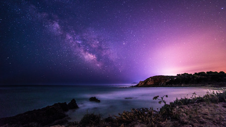 Foto de A beautiful milky way in the sky of Sardinia in a day of summer - Imagen libre de derechos