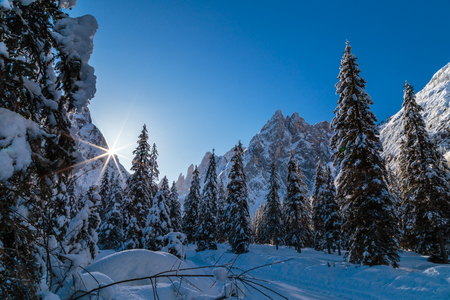 Photo pour Sunny winter morning in the italian dolomites - image libre de droit