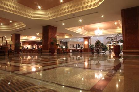 Foto de Modern hotel lobby with marble floor - Imagen libre de derechos