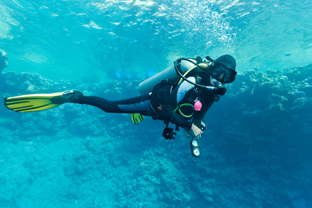 Foto de Female scuba diver underwater - Imagen libre de derechos