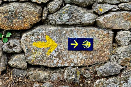 Foto de Shell sign and arrow of ancient pilgrim routes The Way of Saint James(El Camino de Santiago). - Imagen libre de derechos