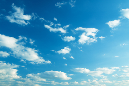 Foto de white fluffy clouds in the blue sky - Imagen libre de derechos