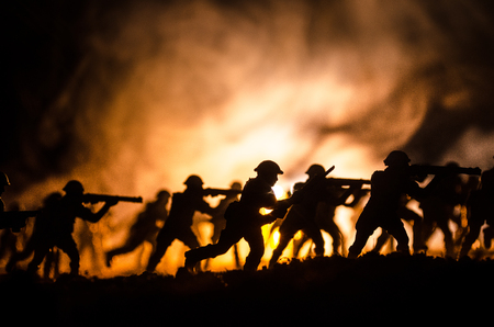 Photo pour Military silhouettes of soldiers against the backdrop of dark foggy sky Battle scene with explosion and burning clouds behind fighing soldiers. - image libre de droit