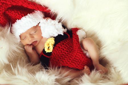 Photo pour Sleeping, three week old, newborn, baby girl wearing crocheted Santa hat. - image libre de droit
