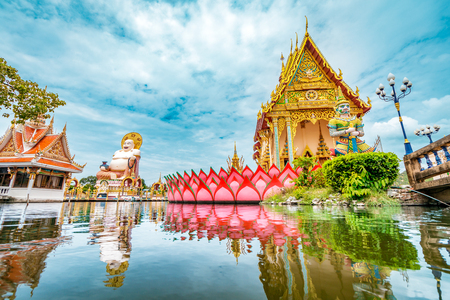 Foto de Wat Plai Laem Buddhism Temple statues during a bright sunny day with lake in the foreground in Koh Samui, Surat Thani, Thailand - Imagen libre de derechos