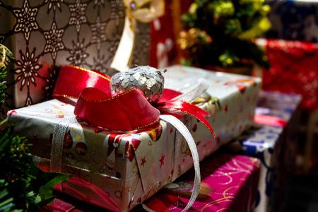 Foto de Festive christmas gifts are colourfully packed in a varicoloured paper - Imagen libre de derechos
