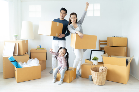 Foto de Happy young Asian family moves the boxes to a new home. Moving Concept. - Imagen libre de derechos