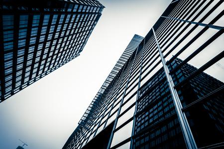 Photo pour modern blue glass wall of skyscraper - image libre de droit