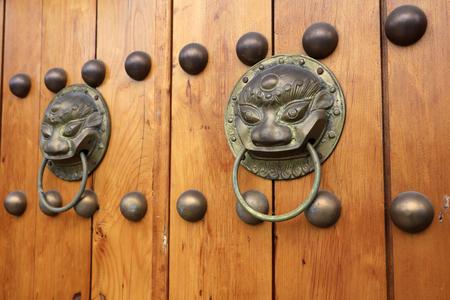 Photo pour wooden door knocker on metal   - image libre de droit