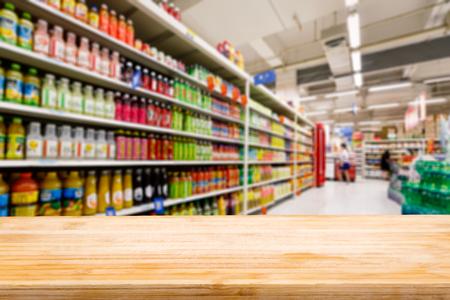 Photo pour Wood table top and Supermarket fuzzy drinks background - image libre de droit