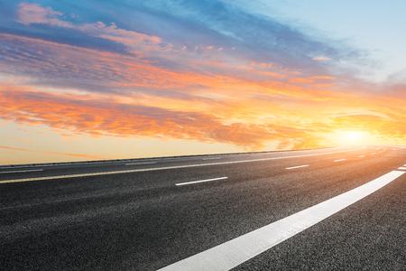 Photo pour Asphalt road and sky cloud landscape at sunset - image libre de droit