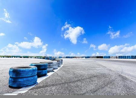 Photo pour Asphalt road circuit and sky clouds with car tire brake - image libre de droit