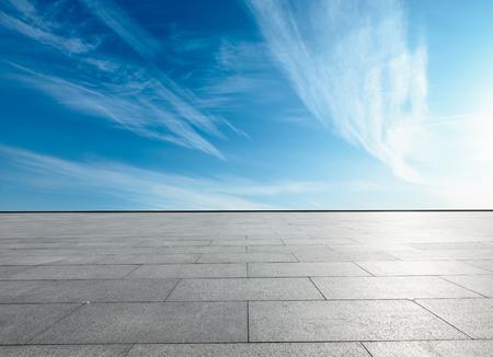 Foto de empty square floor and blue sky with white clouds in the daytime - Imagen libre de derechos