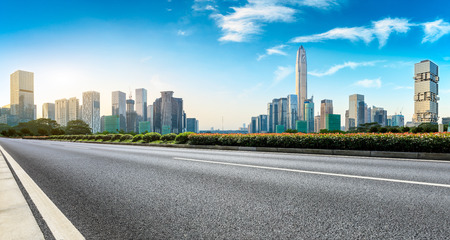 Photo pour Empty asphalt road and modern city skyline panorama in Shenzhen,China - image libre de droit