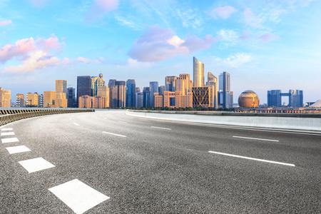 Photo pour Empty asphalt road and modern city skyline with buildings in Hangzhou - image libre de droit