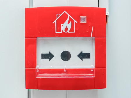 Foto de Fire alarm button red color on the wall - Imagen libre de derechos