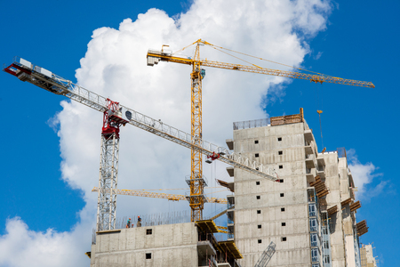Photo pour Tower crane on the construction of a residential house - image libre de droit