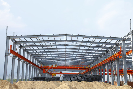 Foto de In the construction site, steel structure is under construction - Imagen libre de derechos