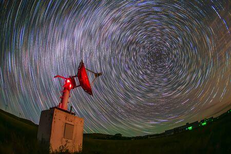 Foto de In observatories,satellite antenna radio telescope on the background of stellar tracks - Imagen libre de derechos