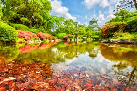 Photo pour view on Osaka Castle from the garden, Osaka, Japan - image libre de droit