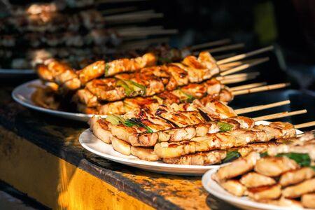 Photo pour Cchicken sticks at at Nishiki market in Kyoto, Japan - image libre de droit