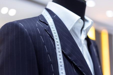 Foto de Suits on shop mannequins - Imagen libre de derechos