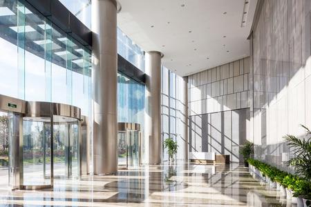 Foto de empty hall in the modern office building - Imagen libre de derechos