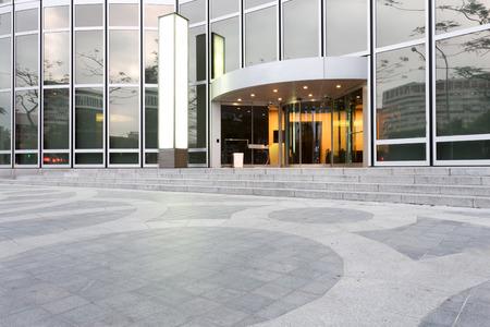 Photo pour entrance of modern office building - image libre de droit