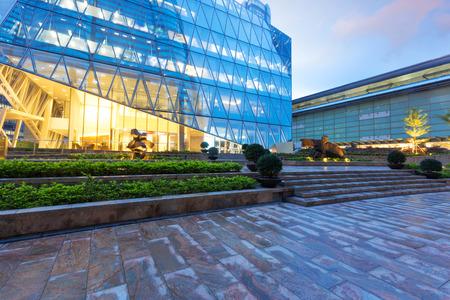 Foto de modern business office building exterior - Imagen libre de derechos