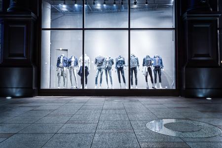 Photo pour fashion shop display window and clothes. - image libre de droit