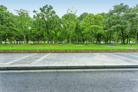 Photo pour urban road with green trees - image libre de droit