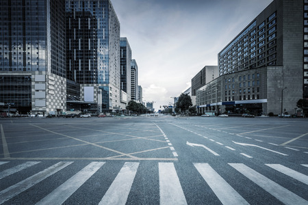 Photo pour empty road and modern office buildings - image libre de droit
