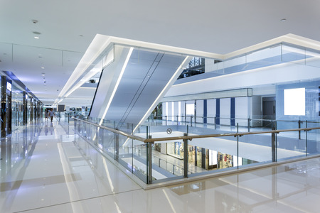 Photo pour modern shopping mall interior - image libre de droit