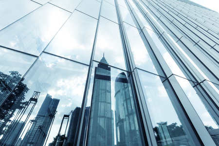 Photo pour a skyscraper with glass walls and the reflection of landmarks on the opposite side - image libre de droit