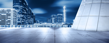 Foto de empty floor front of modern building at night - Imagen libre de derechos