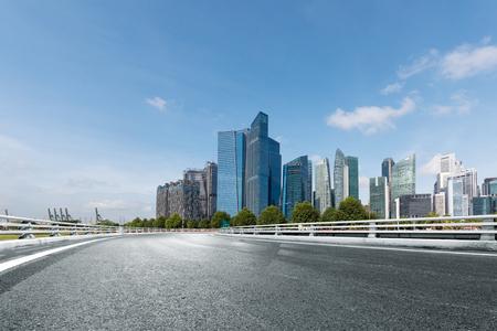 Photo pour empty road with modern buildings in singapore - image libre de droit