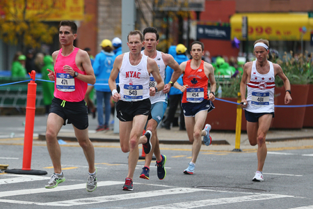 Photo pour NEW YORK - NOVEMBER 5, 2017: New York City Marathon runners traverse 26.2 miles through all five NYC boroughs to the finish line in Central Park, Manhattan - image libre de droit