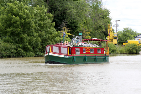 Foto de MACEDON, NEW YORK - JULY 20, 2018: A charter boat with vacationers on the Erie Canal in Upstate New York - Imagen libre de derechos