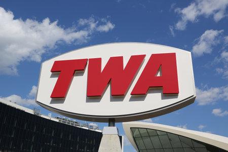 Foto de NEW YORK- MAY 16, 2019: TWA Hotel opened at the landmark TWA Flight Center building designed by Eero Saarinen at the John F. Kennedy International Airport (JFK) in New York - Imagen libre de derechos