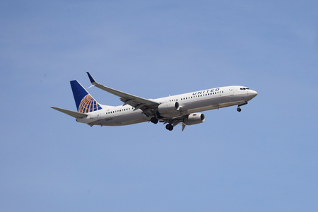 Photo pour NEWARK, NEW JERSEY - MAY 26, 2019: United Airlines Boeing 737 descending for landing at Newark Liberty International Airport in New Jersey - image libre de droit